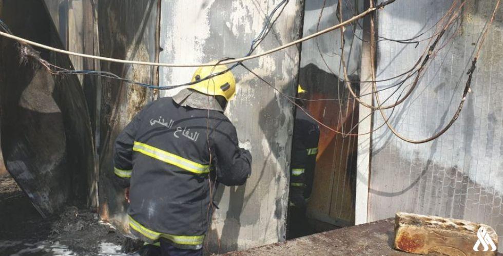 بالصور  الدفاع المدني يخمد حريقا في شارع فلسطين
